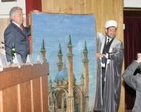 Подарок от мусульман Татарстана вручает муфтий Гусман-хазрат Исхаков Губернатору Павлу Ипатову.