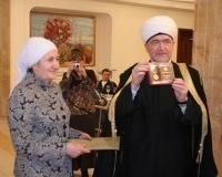 Награждение директора мусульманского детского садика Х.Мингалиевой медалью совета муфтиев Росси