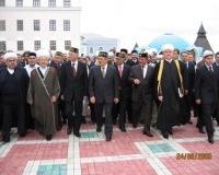 Делегации мусульман во главе с Прездентом Татарстана М. Шаймиевым направляются к мечети Кул Шариф.