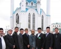 Саратовские мусульмане на фоне мечети Кул Шариф.