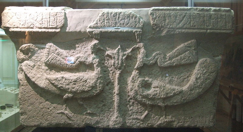 Каменная капитель 5-6 вв. с надписью на албанском языке, найденная при раскопках в Мингечауре, Азербайджан