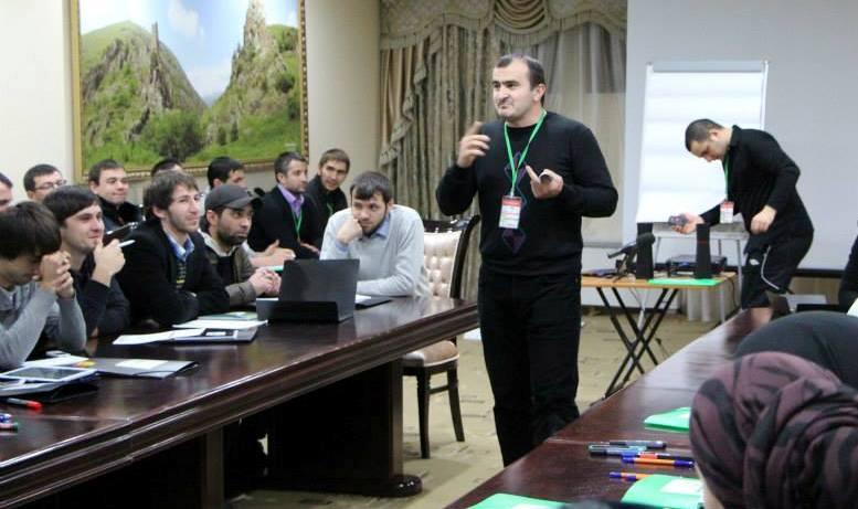Директор Культурно-просветительского Центра «Эздел» Ахмед ПАРАГУЛЬГОВ открывает Форум