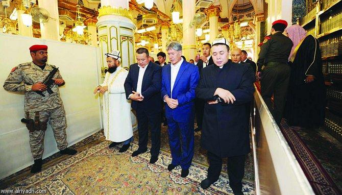 Президент А.Атамбаев во время молитвы в мечети пророка Мухаммада (мир ему) в городе Медина